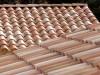 Nahaufnahme zweier Dächer mit sehr schönen hellen mediterranen Dachziegeln