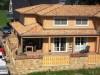 Holzhaus mit mediterranen Ziegeln gedeckt