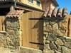 sehr rustikale Gartenmauer mit Halbschalen gedeckt