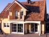 Satteldachhaus mit gelber Putzfassade im mediterranen Stil