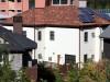schoener rotbrauner Dachziegel und eine weisse Putzfassade