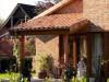 mediterraner Baustil mit überdachter Terrasse