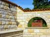 mediterran gestaltete Mauer um eine geschuetzte Sitzecke zu schaffen