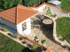 liebevoll geplante Gartenanlage mit Haeuschen und Gartenmauern