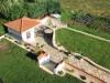 Mauer und Gartenhaus passend zueinander mit Halbschalen gedeckt
