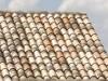 schönes mediterranes Dach in hellen Brauntönen mit alter Oberfläche