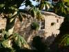 Klinkermauer mit gusseisernen Fenstern und Halbschalen
