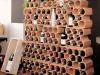 Weinregal aus Tonsteinen in Wabenform