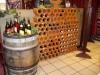 tolle Kombination des Weinfasses mit den Weinregalsteinen