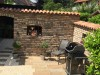 tolle rustikale Gartenmauer mit Gusseisenfenster und Mauerabdeckung