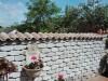 graue Mauersteine und eine farblich passende Mauerabdeckung