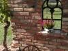 Gusseisernes Fenster als Dekoelement in einer Mauer