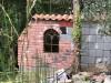 Gusseisenfenster in einer Gartenmauer