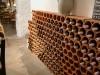 Weinkeller mit Weinregalsteinen aus Ton in Wabenform