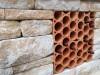Weinregalsteine aus Ton in einer Gartenmauer