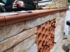 Weinlagersteine in eine Mauer eingelarbeitet