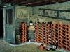 rustikaler Weinkeller mit eleganten geschwungenen Weinlagersteinen