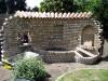 rustikale Gartenmauer mit Halbschalenabdeckung