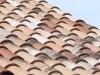 Nahaufnahme der Dachziegel mit einem schönen großen  Wulst und einer alt wirkenden Oberfläche
