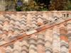 Gut zu sehen der First und ein Grat auf einem mediterranen Dach mit alter Optik