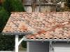 schönes mediterranes Wohnhaus mit heller Holzfassade und Dachüberstand