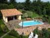 Schönes Grundstück arrangiert im mediterranem Stil. Mit Pool, Mauer und Poolgebäude mit bunten Dachziegeln