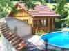 Mediterraner Mauerbogen mit einem Pool