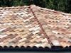 schöner mediterraner Dachziegel in Herbstlaubfarben. Hier zu sehen ein Grat.
