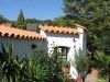 strahlend weisse Gartenmauer mit traditionellen Mönch und Nonne Halnschalen abgedeckt