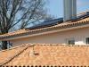 Nahaufnahme eines strohgelben, mediterranen Dachziegels mit Solaranlage