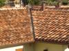 Nahaufnahme einer Mönch Nonne Dacheindeckung auf einem Satteldach
