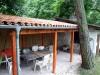 schöne rustikale Überdachung mit Halbschalen gedeckt
