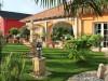 schöner mediterraner Garten mit vielen Terracottaelementen