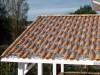 Satteldach mit romanischem Dachziegel gedeckt und Glasziegeln integriert
