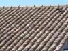 Historisch wirkender Dachziegel mit einer hangestrichenen Oberfläche und in schönen Farben