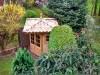 Kleiner Gartenpavillon aus Holz mit romanischen Ziegeln eingedeckt