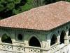 Denkmalgepflegtes Gebäude das mit bunten Dachziegeln belegt worden ist. Die Stichbögen sind im romanischem Stil verziert