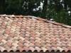 Bunt gemischtes Dach aus drei Dachziegelfarben