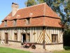 schönes schindelgedecktes Haus mit Fachwerkfassade