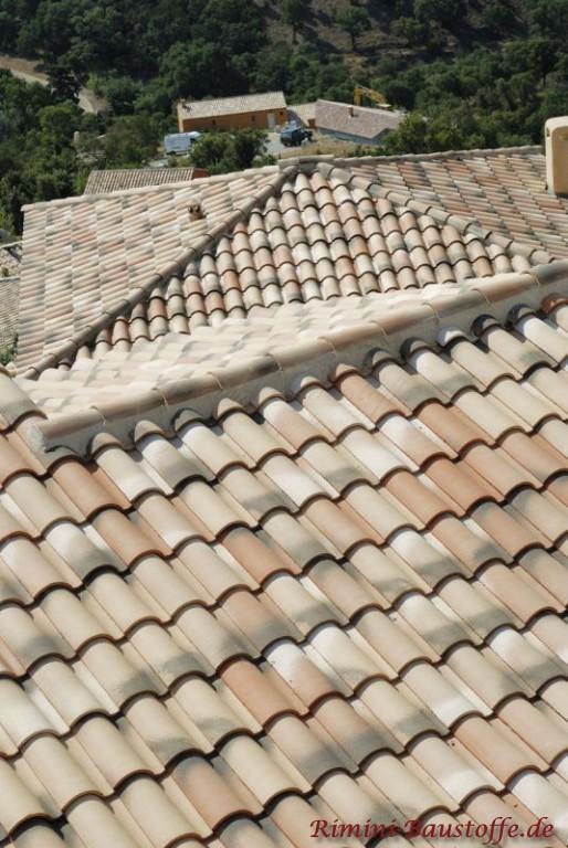 sehr mildes sandfarbenes Dach mit leichten Changierungen
