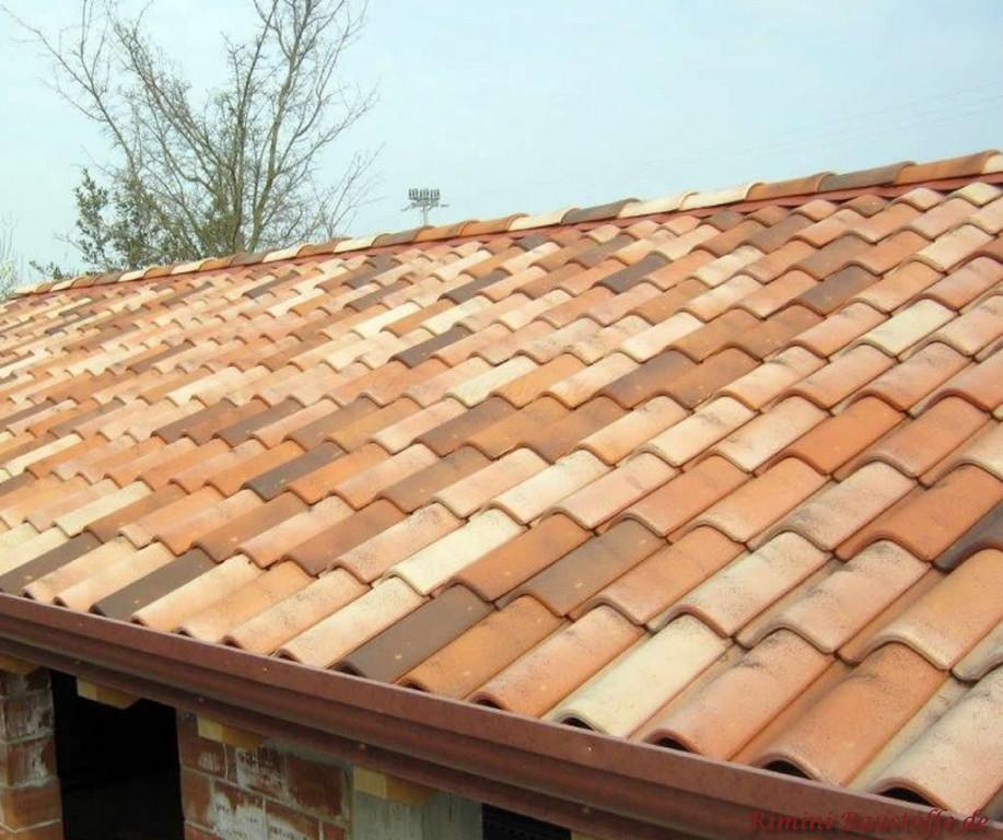 Satteldach gedeckt mit einem romanischen Tondachziegel