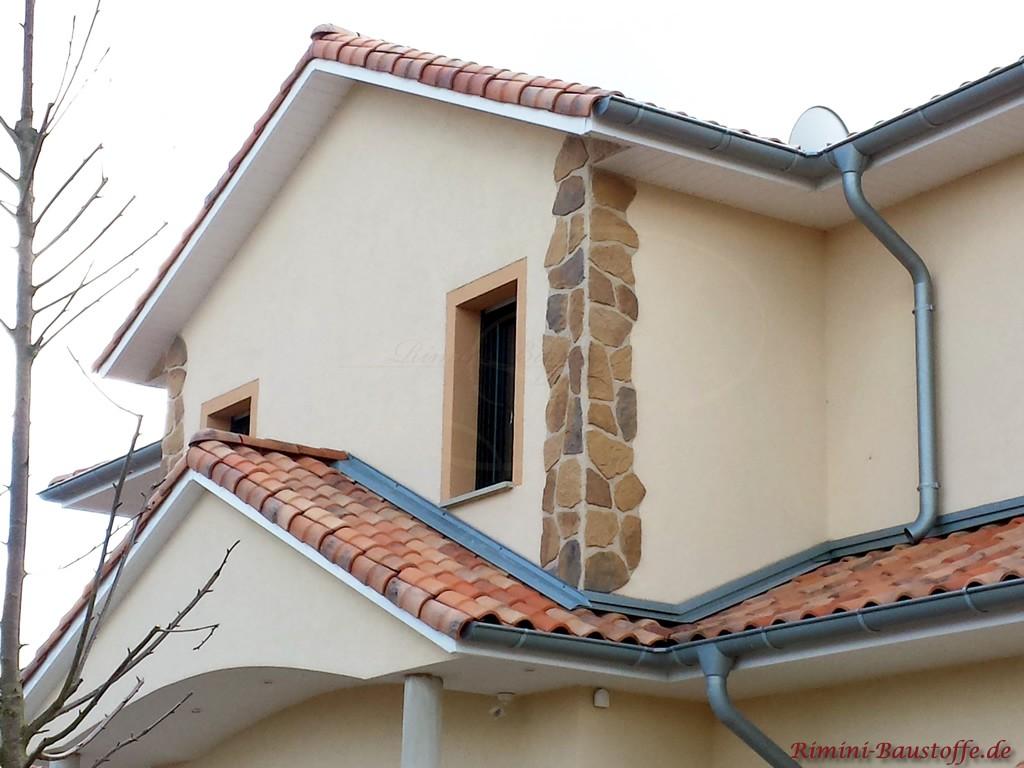 schöner mediterraner Dachziegel zu einer hellen Putzfassade