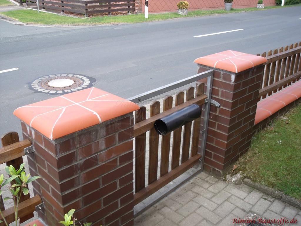Pfeilerabdeckungen in Rot passend zur Mauerabdeckung