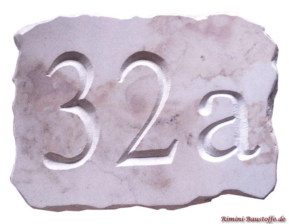 Hausnummer aus Sandstein mit gravierter Nummer