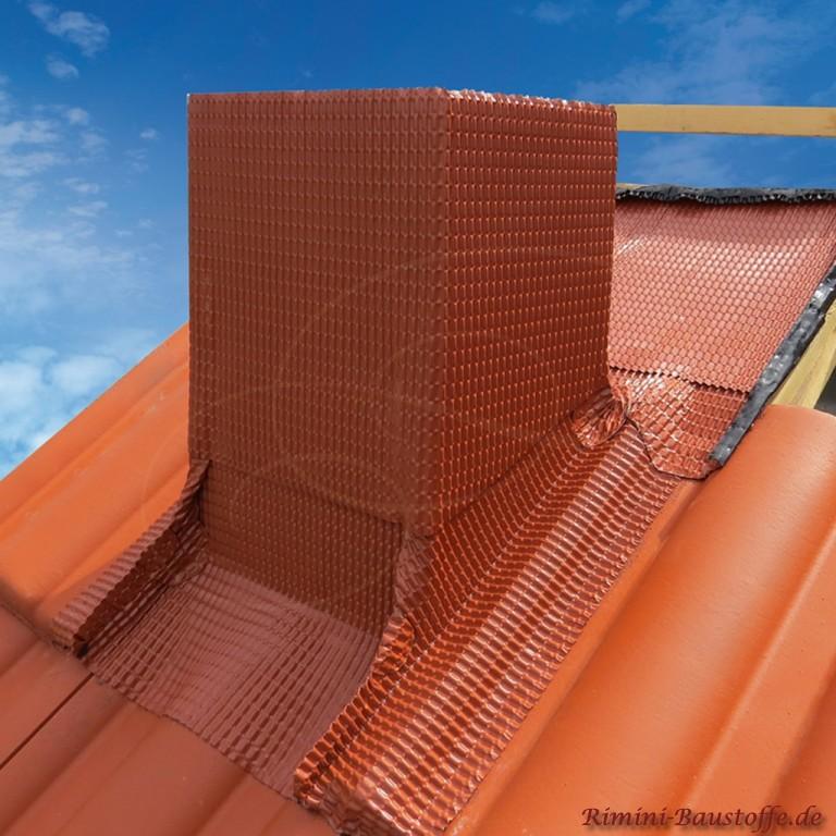 rote Kamineinfassung zu einem roten Dachziegel