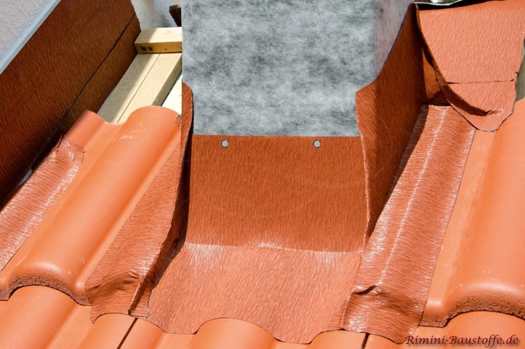 farige Kamineinfassung passend zur Ziegelfarbe