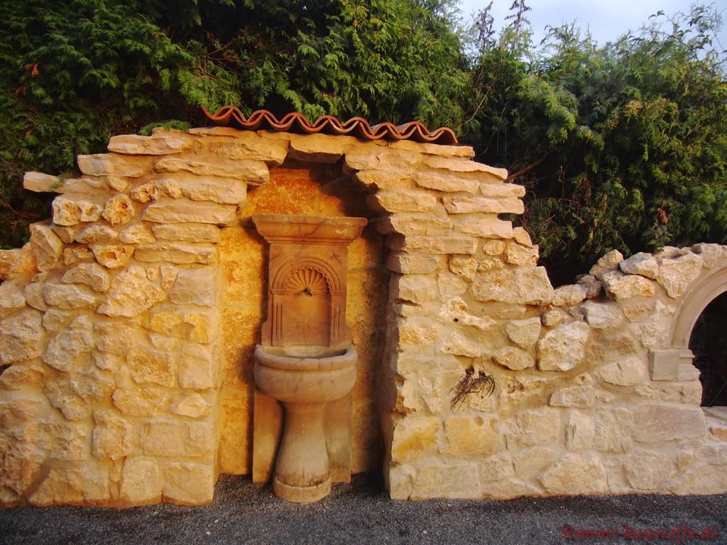 tolle rustikale Bruchsteinmauer mit Mönch Nonne Halbschalen abgedeckt