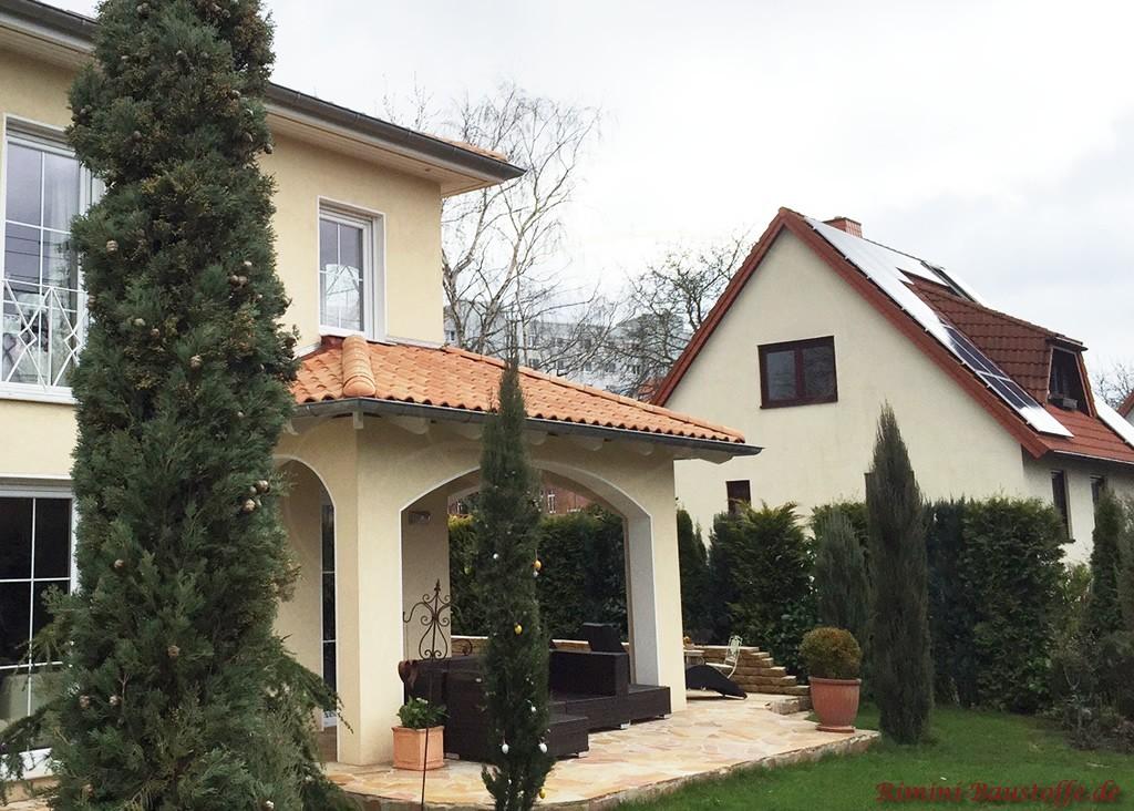 mediterranes Wohnhaus mit überdachter Terrasse
