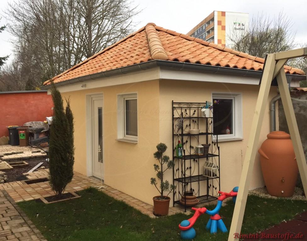 Gartenhaus passend zum Wohnhaus mediterran gestaltet