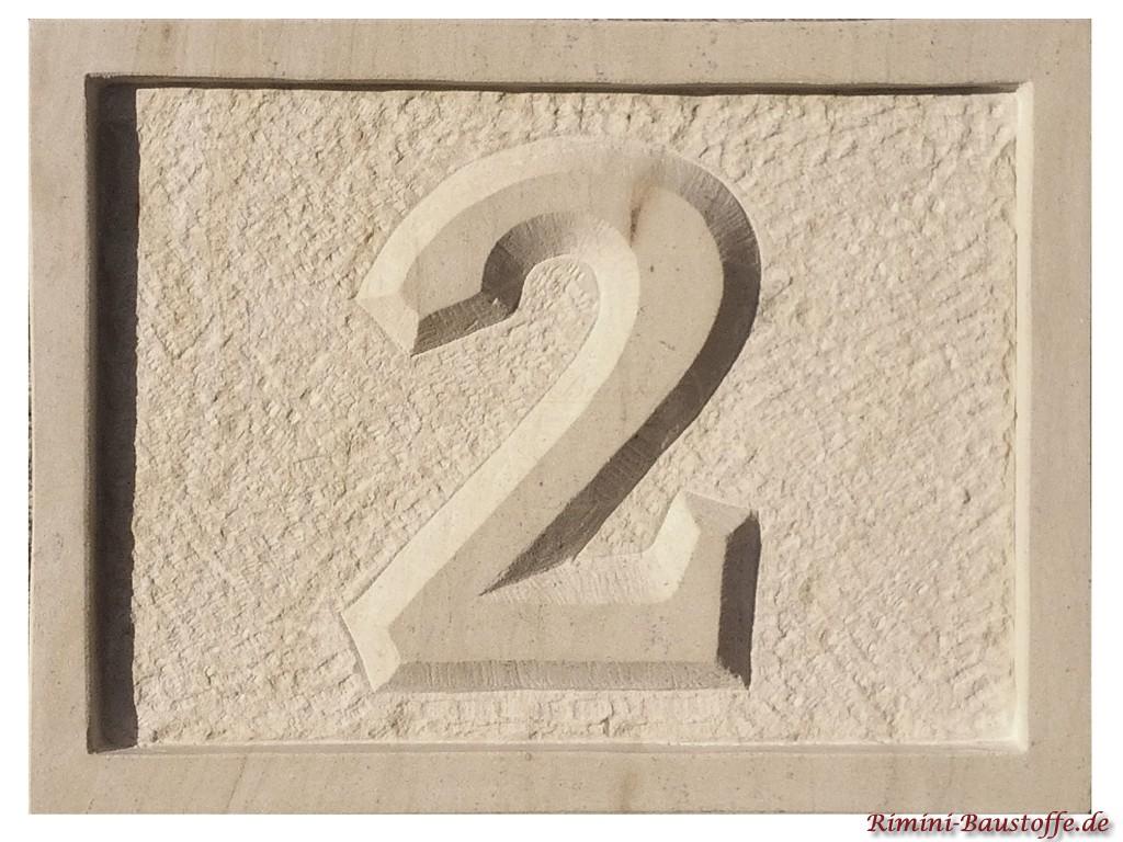 Hausnummer aus Sandstein mit Rand Nummer 2